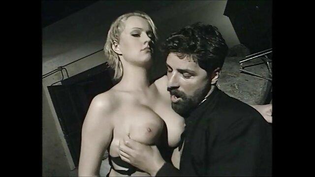 El agujero videos de sexo oral en español de la puta blanca está preso bajo la polla negra del negro
