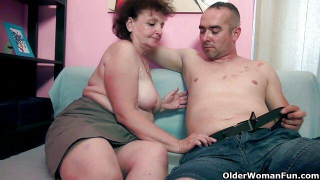 Rubia bronceada Kira acariciaba su coño pornografia en español