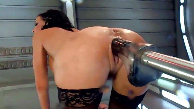 Nena se quitó españolas peludas follando unos pantalones cortos sexy y se satisfizo