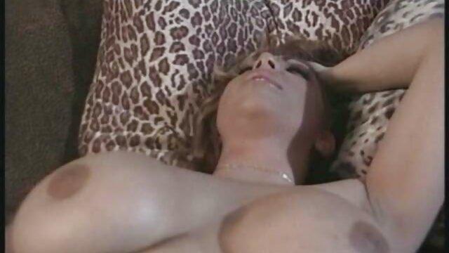 Chica tetona se desnudó y acarició su pornografía en castellano coño calvo