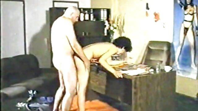 Después de poner la cámara y encender la porrno español grabación, la pareja dispara cómo follan en casa