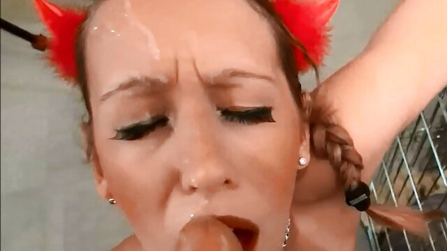 Brenda se aparta las bragas y españolas xxxx se masturba