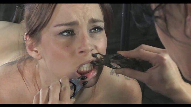 Sasha Grey acarició xxx hablado en español su coño calvo