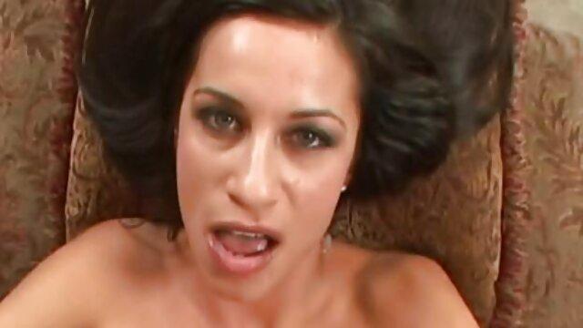 Chica con cabello azul libra con un videos porno en audio latino chico
