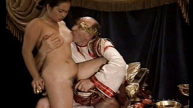 El tipo hentai castellano se folla el culo fresco de una chica plana con condón
