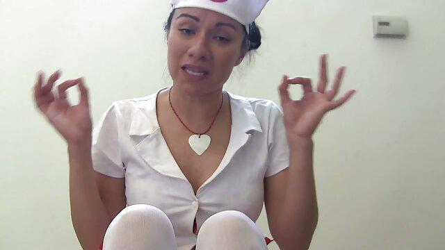 Una enfermera seductora con una bata corta cojiendo españolas puede apoderarse fácilmente del amor del paciente.
