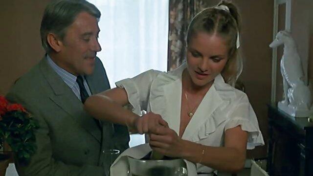 La atractiva Helen llega al orgasmo con tetonas españolas follando un vibrador