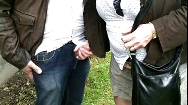 Mujer bonita porno idioma castellano en lencería chic folla activamente con un hombre